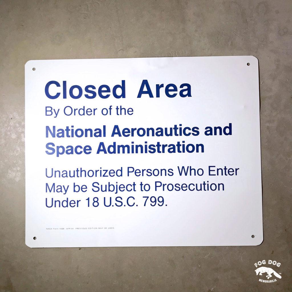 Oficiální hliníková cedule NASA CLOSED AREA - velká 50 x 40 cm