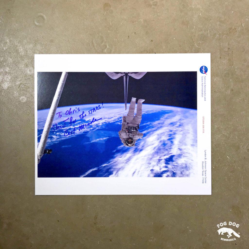 Oficiální fotografie NASA podepsaná Carlem Meade, astronautem